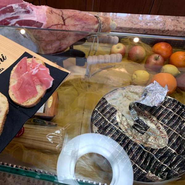 Aperitivo Crudo nostrano e Gorgonzola DOP Tosi